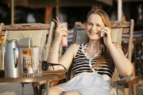 Vrouw praten mobiele aantrekkelijke vrouw ontspannen ligstoel Stockfoto © d13