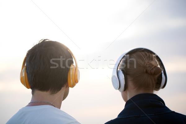 Jongeren hoofdtelefoon genieten muziek outdoor Maakt een reservekopie Stockfoto © d13