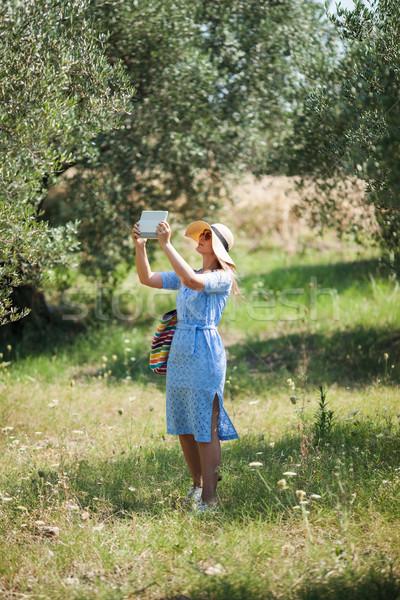 Mujer toma naturaleza toque caminando Foto stock © d13