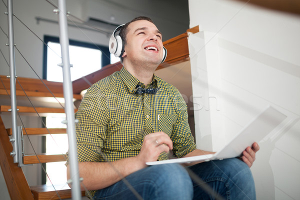 Opgewonden man ontspannen muziek laptop Stockfoto © d13