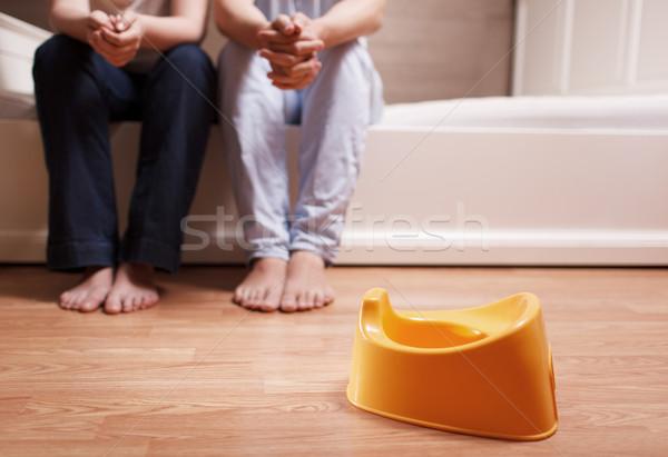 Jonge ouders pot vergadering bed denken Stockfoto © d13