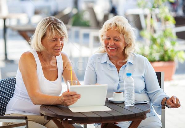 Vrouwelijke vrienden kijken iets cafe Stockfoto © d13
