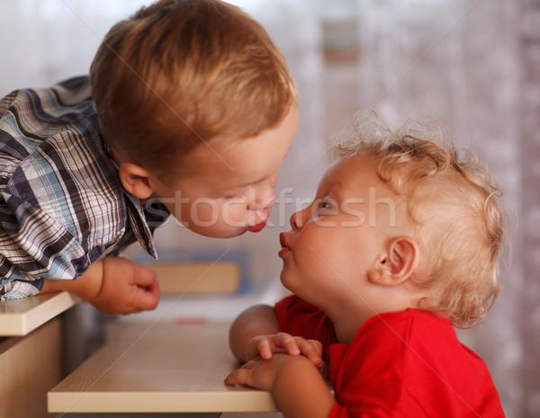 Cute broers en zussen twee weinig broers zoenen Stockfoto © d13