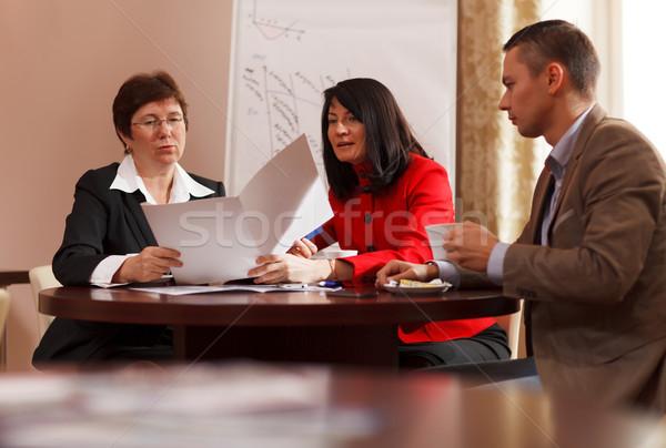 Vergadering koffie vergadering samen tabel Stockfoto © d13