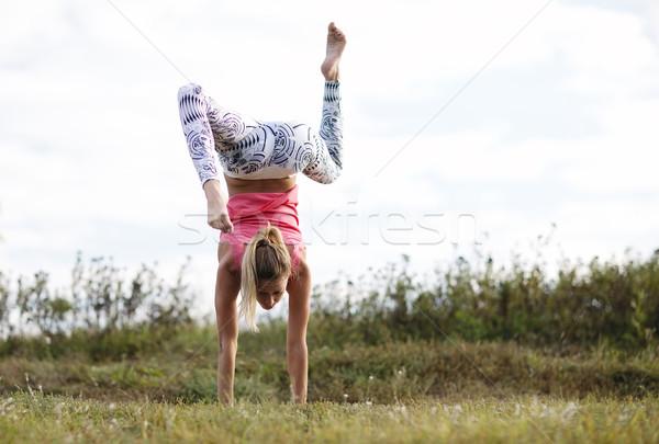 Agilis fiatal nő kézenállás kint vidék egyensúlyoz Stock fotó © d13