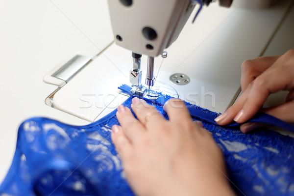 Handen vrouw naaien Blauw weefsel naaimachine Stockfoto © d13