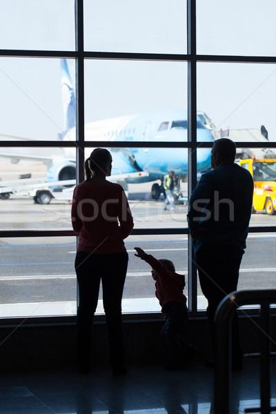 Fiatal család néz repülőgépek repülőtér áll Stock fotó © d13