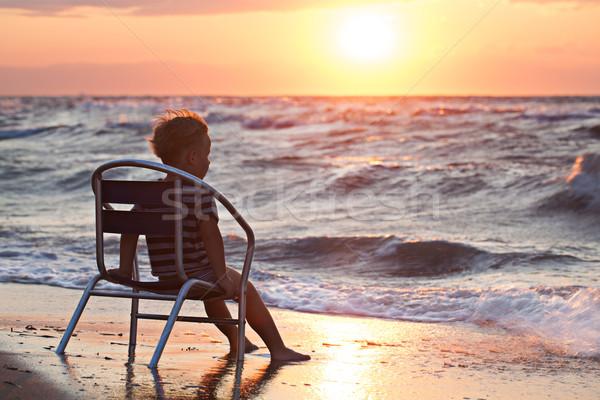 Weinig kind naar zonsondergang vergadering zee Stockfoto © d13