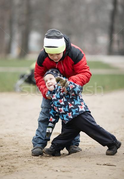 Twee jonge broers spelen buitenshuis winter Stockfoto © d13