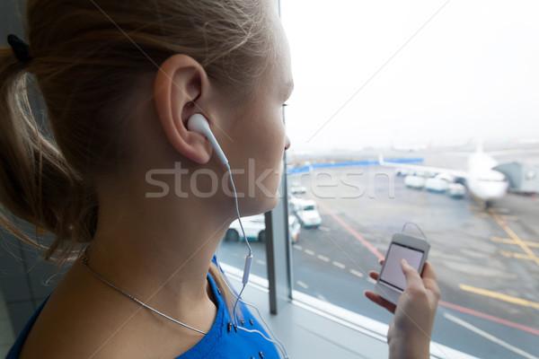 Mujer escuchar música ventana aeropuerto mirando Foto stock © d13