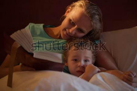 Moeder lezing verhaaltje voor het slapengaan weinig zoon knuffelen Stockfoto © d13