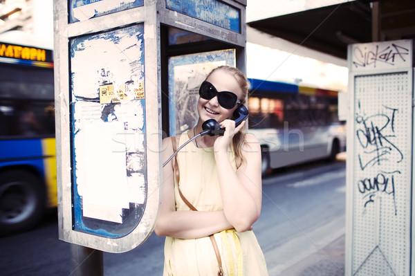 Vrouw openbare telefoon aantrekkelijke vrouw zonnebril Stockfoto © d13