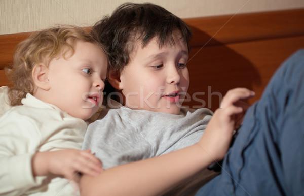 Dos jóvenes ninos jugando tableta Foto stock © d13