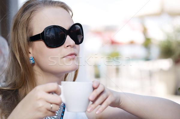 Jonge vrouw drinken koffie portret zonnebril Stockfoto © d13