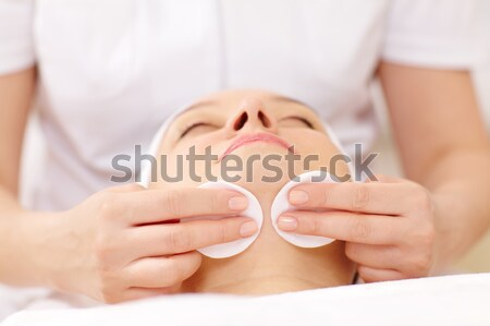 Limpieza cara algodón primer plano tiro mujer Foto stock © d13