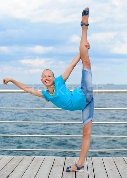 улыбаясь девушки осуществлять морем Сток-фото © d13