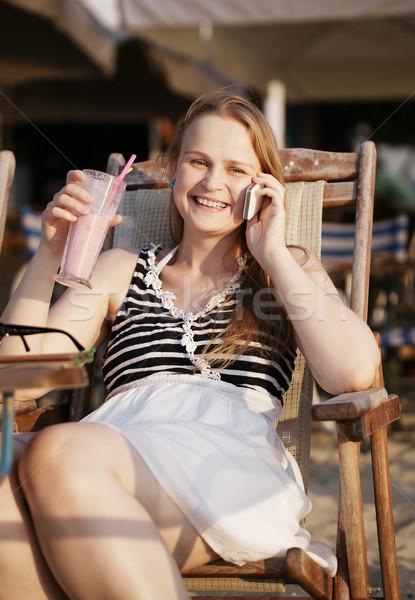 Kobieta mówić komórkowych atrakcyjna kobieta relaks leżak Zdjęcia stock © d13