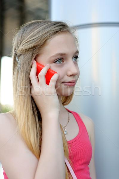 Młoda dziewczyna mówić telefonu zewnątrz młodych uśmiechnięty Zdjęcia stock © d13