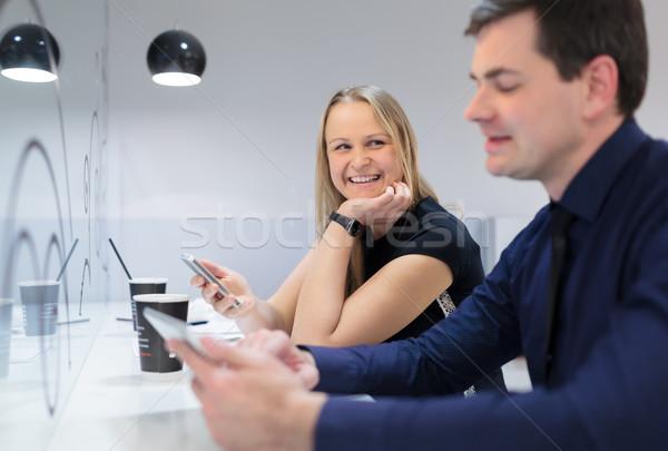 Zakenman vrouw vergadering mobiele telefoon tablet Stockfoto © d13