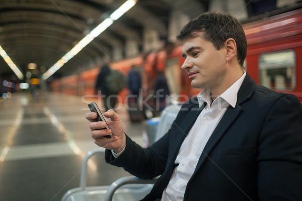 Zakenman smartphone metro jonge wachten ondergrondse Stockfoto © d13