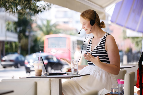 смеясь женщину гарнитура Открытый кафе Сток-фото © d13