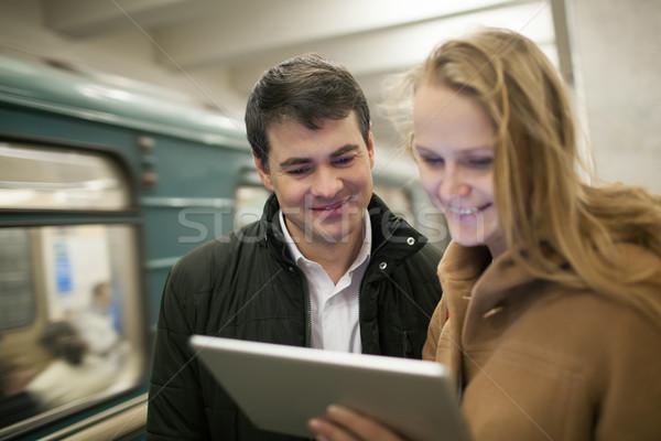Szczęśliwy młodych ludzi kontakcie metra oglądania Zdjęcia stock © d13