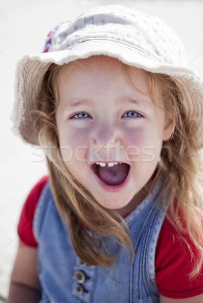 Cute petite fille excité plage chapeau sourire Photo stock © danienel