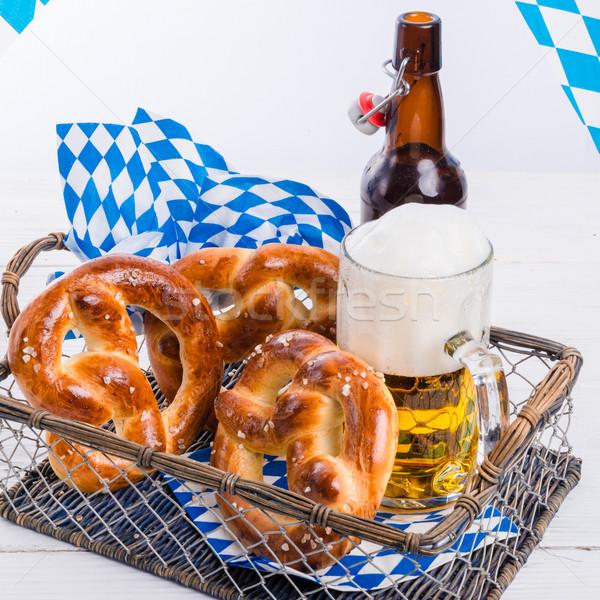 Maison bretzels bière verre jardin bleu Photo stock © Dar1930