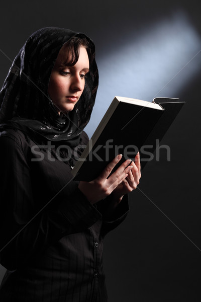 Vallásos fiatal nő fejkendő olvas Biblia gyönyörű Stock fotó © darrinhenry