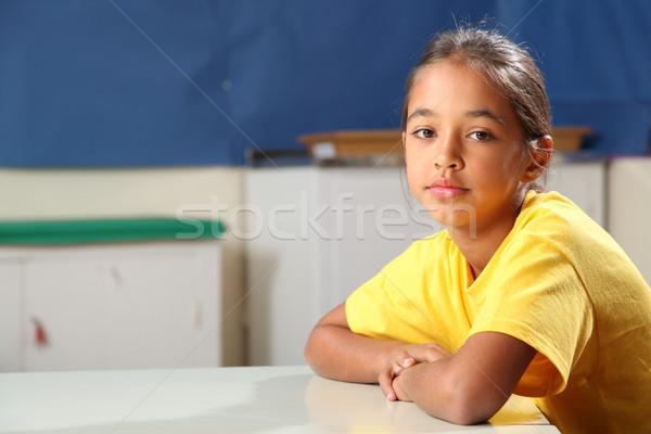 Stockfoto: Schoolmeisje · 10 · armen · gevouwen · klas · bureau