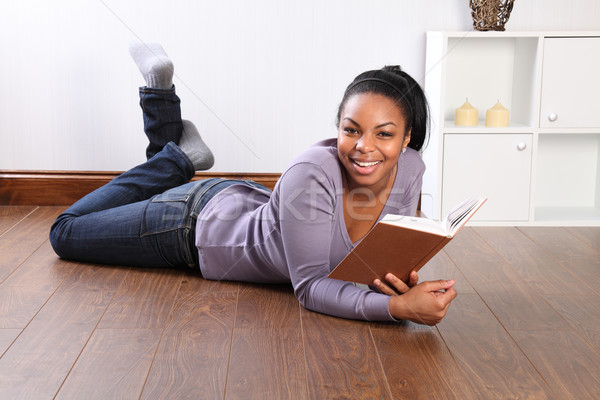 Jonge gelukkig vrouwelijke student lezing boek Stockfoto © darrinhenry
