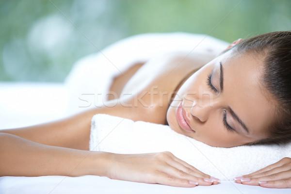 Güzel bir kadın spa yatak kız yeşil Stok fotoğraf © dash