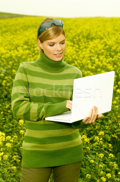Iş kadını açık genç dizüstü bilgisayar yeşil çayır Stok fotoğraf © dash