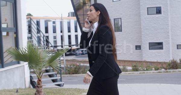 Femme d'affaires marche bureau complexe élégant jeunes Photo stock © dash