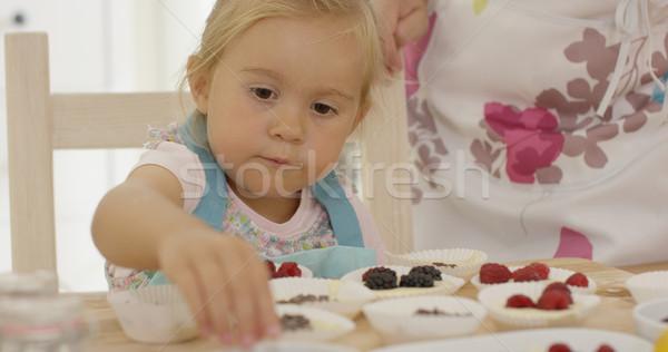 Kind vrouw muffins tabel vrouwelijke Blauw Stockfoto © dash