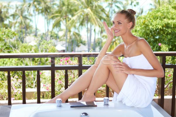 Elegante mujer toalla grande blanco sesión Foto stock © dash