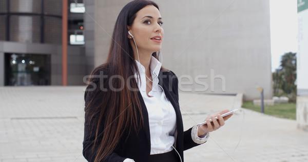 Mulher jovem escuta móvel chamar jovem empresária Foto stock © dash