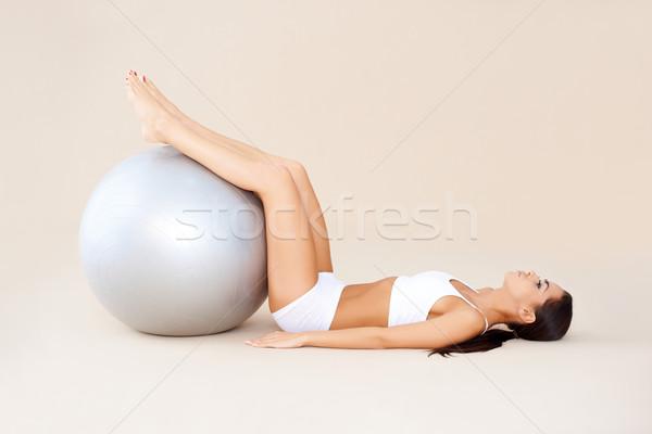 S'adapter balle brunette femme isolé beige Photo stock © dash