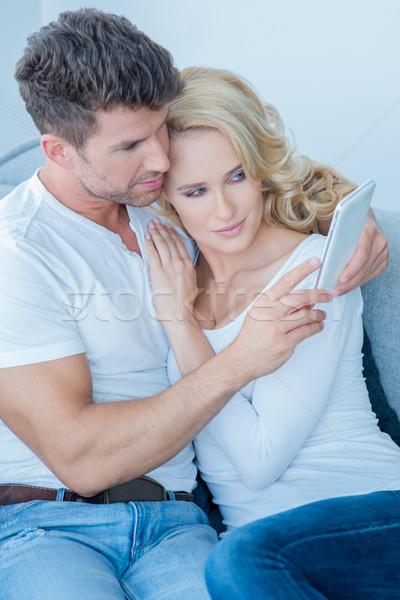 любящий пару чтение sms мобильного телефона расслабиться Сток-фото © dash