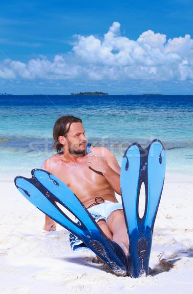 Homem bonito Maldivas sessão praia barbatana Foto stock © dash