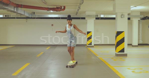 Lány gördeszkázás parkolás fiatal kisebbségi nő Stock fotó © dash