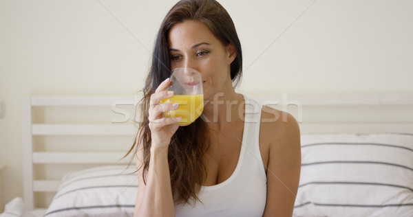 Zdjęcia stock: Młoda · kobieta · szkła · sok · pomarańczowy · rano · posiedzenia
