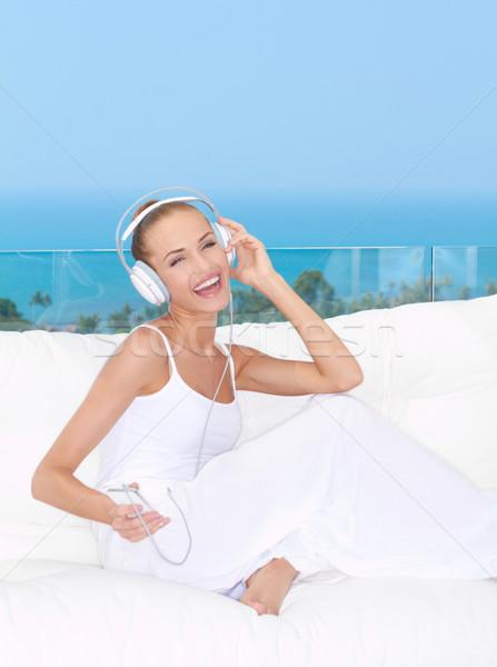 Frau Musik hören lachen tragen Kopfhörer entspannenden Stock foto © dash