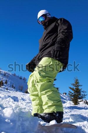 Snowbordos férfi egyensúlyoz tábla hegyek égbolt Stock fotó © dash
