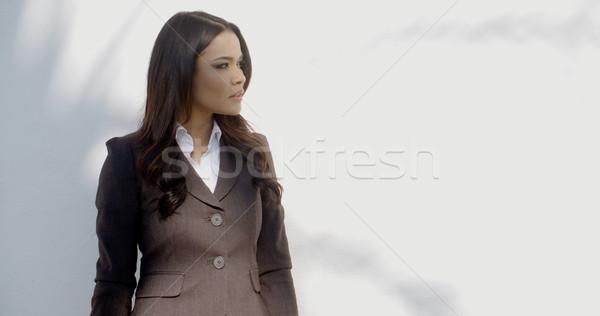 üzletasszony fal fekete öltöny fehér üzlet öltöny Stock fotó © dash