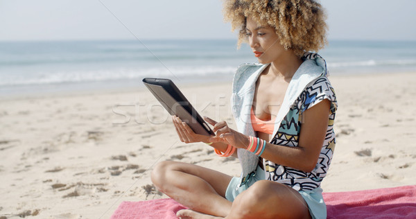 Nő touchpad tabletta tengerpart gondtalan technológia Stock fotó © dash