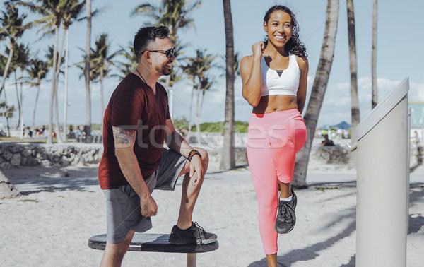 Сток-фото: девушки · подготовки · инструктор · пляж · смеясь