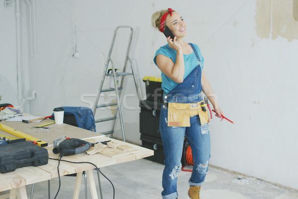 женщины плотник говорить смартфон счастливым Сток-фото © dash