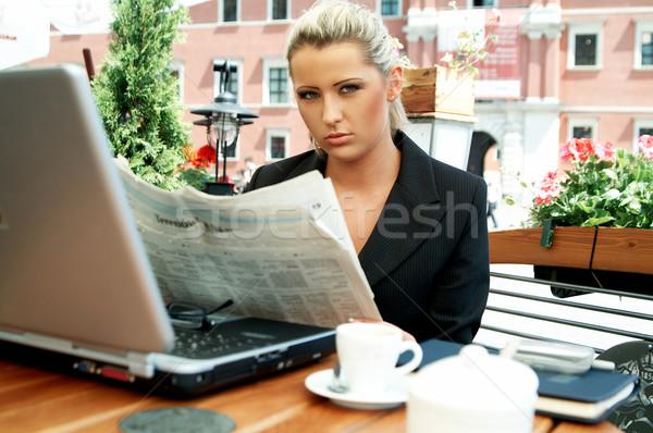 Negócio ao ar livre mulheres leitura jornal computador Foto stock © dash