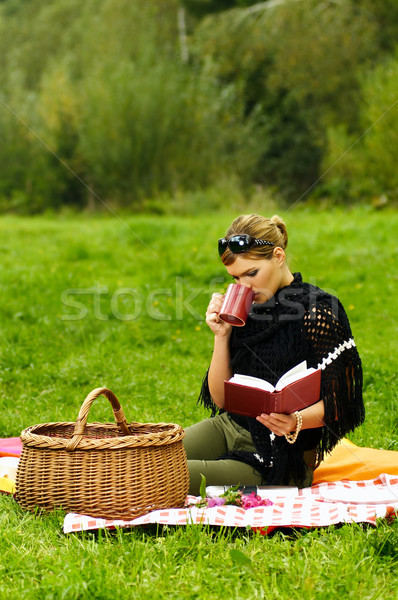 Vrouw picknick jonge zakenvrouw beker groene Stockfoto © dash
